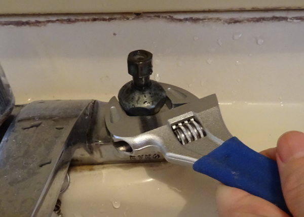 2ハンドル混合栓 バルブをモンキーレンチで外す図