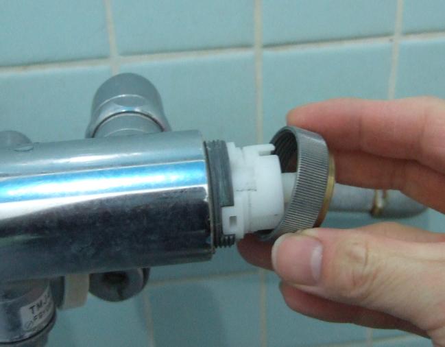 サーモスタット混合栓 固定ナットを外した図