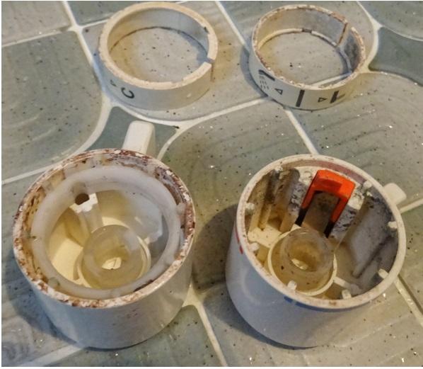 浴室の蛇口の清掃方法 外したハンドル内側の汚れ写真
