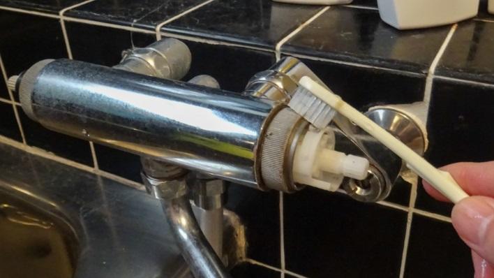 浴室の蛇口の清掃方法 蛇口本体のハンドル取り付け部も清掃